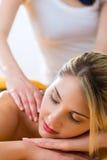 Bem-estar - mulher que obtém a massagem do corpo nos termas Fotos de Stock