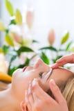 Bem-estar - mulher que obtém a massagem principal nos termas Foto de Stock Royalty Free