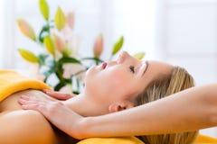 Bem-estar - mulher que obtém a massagem principal nos termas Fotografia de Stock Royalty Free