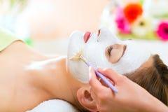Bem-estar - mulher que obtem a máscara protetora nos termas Fotografia de Stock Royalty Free