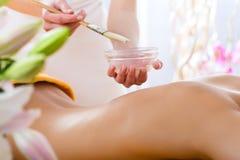 Bem-estar - mulher que obtem a massagem do corpo nos termas Fotos de Stock Royalty Free