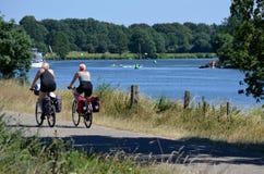 Bem, Holanda - 06/30/2018: Ciclismo dos pares do turista fotos de stock