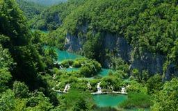 Bemanna att gå på en spång i Plitvice Lakes Royaltyfri Foto