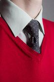Bemanna att ha på sig vitskjortan, den röda tröjan och slipsen Arkivfoton