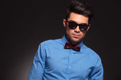 Bemanna att ha på sig solglasögon och flugan Royaltyfri Fotografi