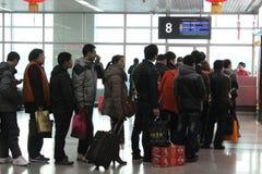 Bemanna att lämna för hemstaden för kinesiskt nytt år Arkivbilder