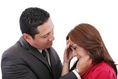 Man som tröstar en kvinna Royaltyfri Foto