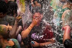 Den Holi festivalen av färgar royaltyfri bild