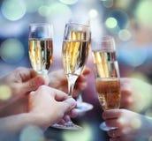 Bemanna hållande exponeringsglas av champagnedanande en rostat bröd Arkivfoto