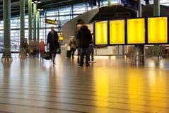 Bemanna i den Amsterdam flygplatsen Arkivbild