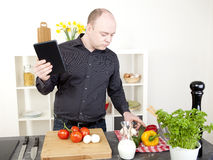 Bemanna matlagning i kök royaltyfria foton