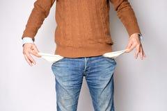 Bemannen Sie öffnet seine Taschen und es gibt kein Geld Stockfotos