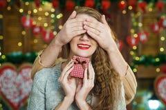 Bemannen Sie überraschend seine begeisterte Freundin mit purpurrotem quadratischem Kasten Stockbilder