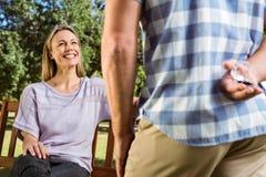 Bemannen Sie überraschend seine Freundin mit einem Antrag im Park Stockfotografie
