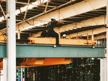 Bemannen Sie Arbeitskraft mit persönlichem Sicherheitsgurtverschluß und heltmet für sicheres h Stockfoto
