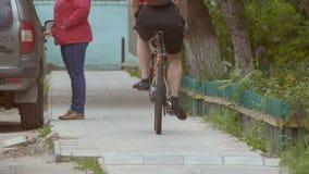 Bemannen Sie auf einem Fahrrad eine hintere Ansicht des Zeitlupevideos stock footage