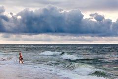 Bemannen Sie aus einem stürmischen Meer nach einer Morgenschwimmen heraus kommen Lizenzfreie Stockfotografie