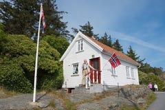 Bemannen Sie Ausgänge von seinem Haus in Skudeneshavn, Norwegen Lizenzfreie Stockfotos