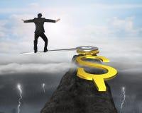 Bemannen Sie Balance auf Uhrhänden im Dollarzeichen auf Berg Stockfotografie