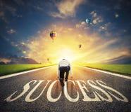 Bemannen Sie bereites, auf einer Erfolgsweise zu laufen Konzept des erfolgreichen Geschäftsmann- und Firmenstarts stockbilder