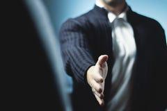 Bemannen Sie bereites, Hand zu rütteln und vorzubereiten, um ein Abkommen zu machen Lizenzfreie Stockfotografie