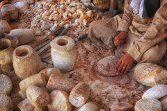 Bemannen Sie beschäftigtes an dem traditionellen Arbeitsplatz, der Töpfe und Vasen herstellt Lizenzfreie Stockfotografie