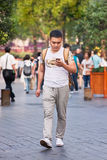 Bemannen Sie beschäftigtes mit seinem intelligenten Telefon, Shanghai, China Stockfoto
