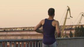 Bemannen Sie Betrieb entlang Brücke und Muskeln von Beinen und von Atmungssystem entwickeln stock footage