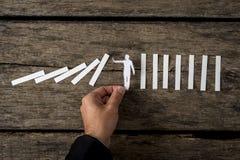 Bemannen Sie bewegliche kleine weiße flache Zahl auf Holz Stockbilder
