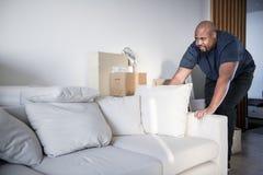 Bemannen Sie Bewegliche Möbel In Neues Haus Stockbild