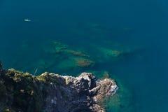 Bemannen Sie canoeing nahe den Klippen von Cinque Terre, Italien Lizenzfreies Stockfoto