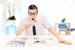 Bemannen Sie das Ablesen der Nachrichten mit genauer Untersuchung in einem Büro Stockbilder