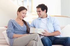 Bemannen Sie das Angebot eines Geschenks seinem Verlobten Lizenzfreie Stockfotos