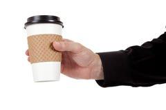 Bemannen Sie das Anhalten einer Papierkaffeetasse auf Weiß Stockbilder