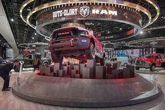 Bemannen Sie das Anstarren an einem 2017 Energie-Lastwagen Dodge-Ram-2500 Stockbild