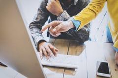 Bemannen Sie das Arbeiten in einem Büro am Computer Er schreibt Tastatur Weibliche Hand, die auf Tischplattenschirm zeigt Smartph Stockfoto