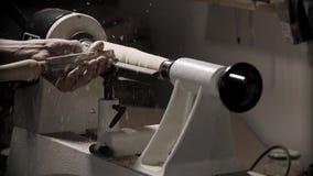 Bemannen Sie das Arbeiten an Holzbearbeitungsdrehbankmaschine in der Tischlerwerkstatt mit Kopienraum stock video footage