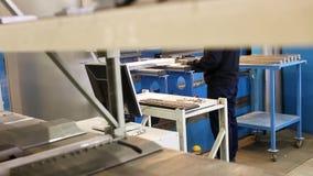 Bemannen Sie das Arbeiten mit Blech auf Bremse hydraulischer Presse CNC Arbeiter programmiert eine Fräsmaschine CNC mit a stock video footage