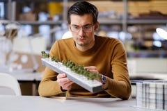 Bemannen Sie das Arbeiten mit maquette im Design und die Technik von Architektur Stockbilder