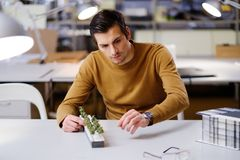 Bemannen Sie das Arbeiten mit maquette im Design und die Technik von Architektur Stockfotografie