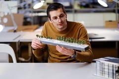 Bemannen Sie das Arbeiten mit maquette im Design und die Technik von Architektur Lizenzfreies Stockbild