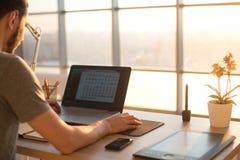 Bemannen Sie das Arbeiten mit Notizbuch im Büro, Geschäftsarbeitsplatz Lizenzfreies Stockfoto