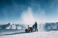 Bemannen Sie das Arbeiten mit Schlagmaschine des Schnees mayrhofen herein Skigebiet, Österreich lizenzfreies stockfoto