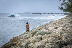 Bemannen Sie das Aufpassen des Meeres in Barbados an einem windigen Tag Lizenzfreies Stockbild