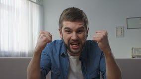 Bemannen Sie das Ausdrücken des unglaublichen Glückes, Aufregung, angehobene Faustgeste des Sieges stock video