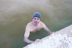 Bemannen Sie das Baden in den heißen Quellen, die Stadt von Tyumen Lizenzfreie Stockfotos