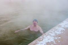 Bemannen Sie das Baden in den heißen Quellen, die Stadt von Tyumen Stockfoto