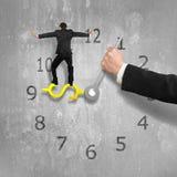 Bemannen Sie das Balancieren auf USD-Uhrhand mit einer anderen Holding, konkretes w Lizenzfreie Stockfotos