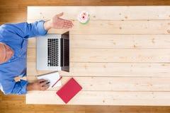 Bemannen Sie das Begrüßen seines Personals oder Gäste zu einer Sitzung Stockbilder