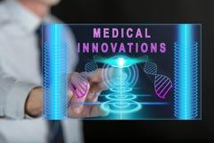 Bemannen Sie das Berühren eines medizinischen Innovationskonzeptes auf einem Touch Screen Stockbild